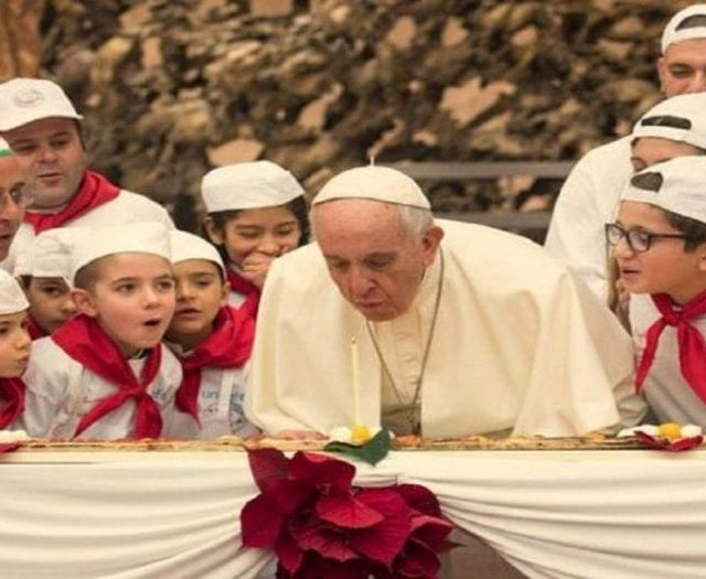 Papa Francisco comemora aniversário com pizza de 4 metros