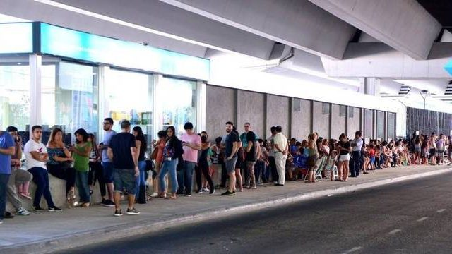 Antes de viajarem ao Brasil, argentinos formam fila gigante por vacina