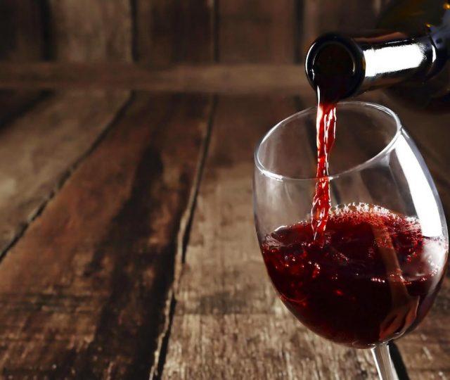 Substância presente no vinho pode inibir infecção por Covid-19, diz estudo