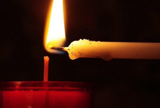 Aniversariante é 'engolida' por bola de fogo ao acender vela do bolo