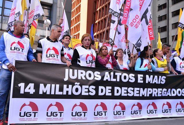Brasileiros trabalham cada vez mais para engordar lucro de bancos