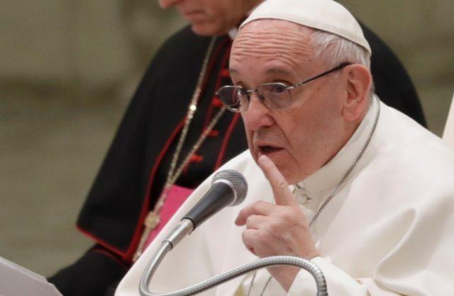 Papa Francisco pune pedófilos e canoniza santos conservador e progressista