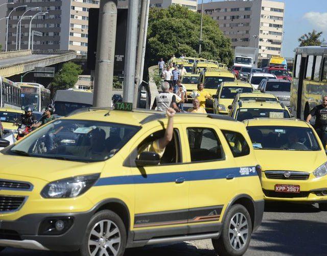 Taxistas protestam contra regulamentação de transporte por aplicativos