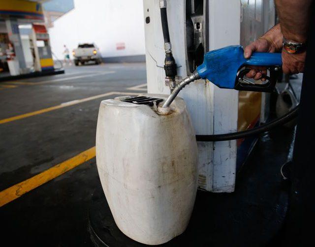 Uso de galões para abastecer não tem regras claras e há risco
