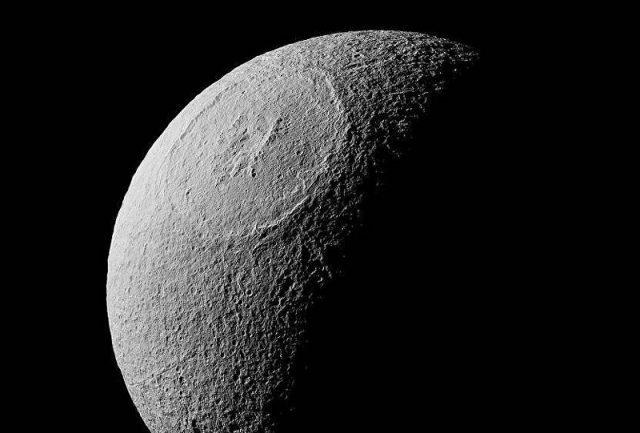 Estrela da Morte real! NASA publica imagem incrível da lua gelada de Saturno
