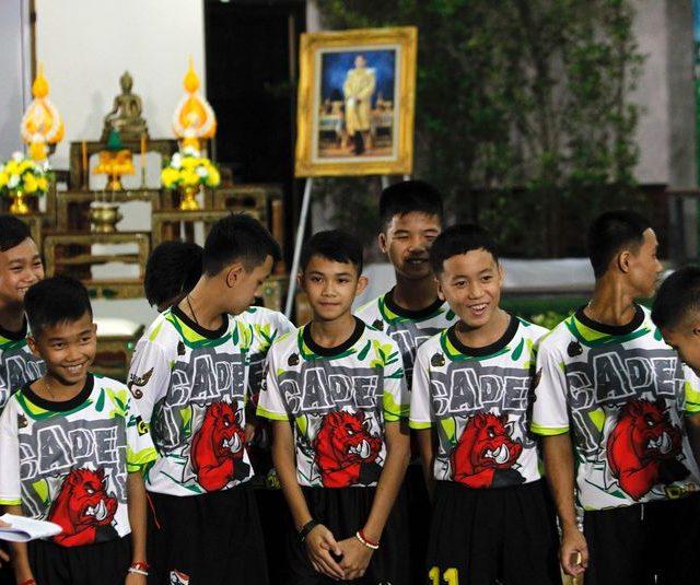 """""""Sobrevivemos graças a água da chuva"""", dizem crianças resgatadas na Tailândia"""
