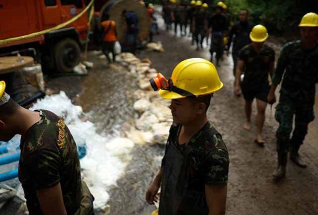 Elon Musk testa mini-submarino para resgate de meninos presos em caverna na Tailândia