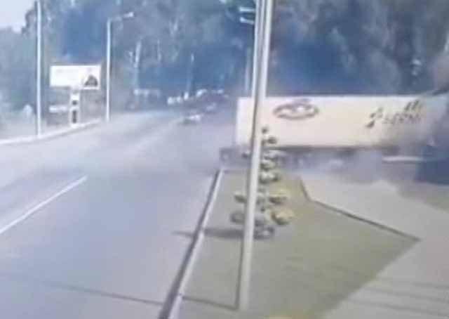 Carreta de vodca a toda velocidade colide contra monumento na Rússia