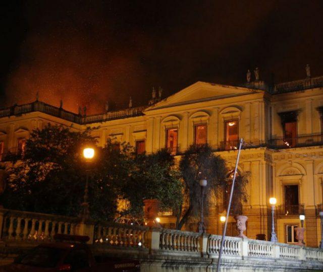 Incêndio do Museu Nacional já era uma tragédia anunciada, diz museóloga