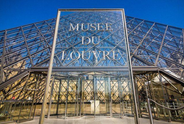 Modelo é barrada no Louvre devido ao look revelador