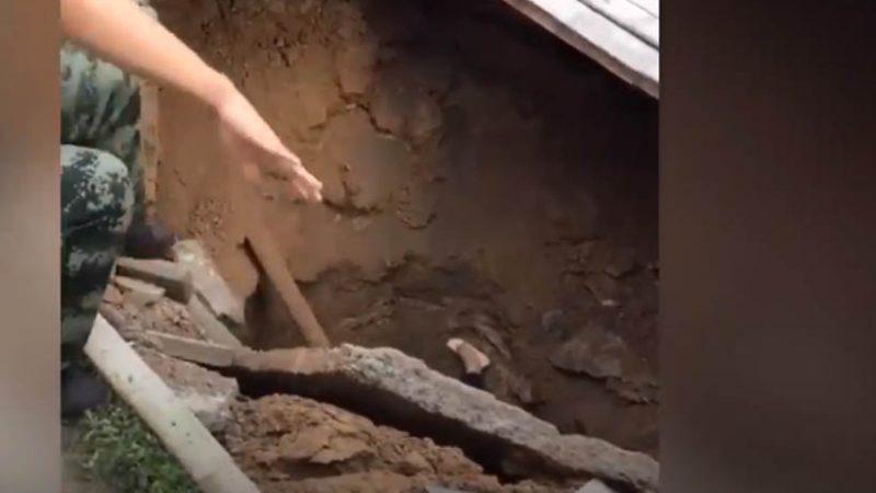 Cratera se abre na calçada e suga mulher na China
