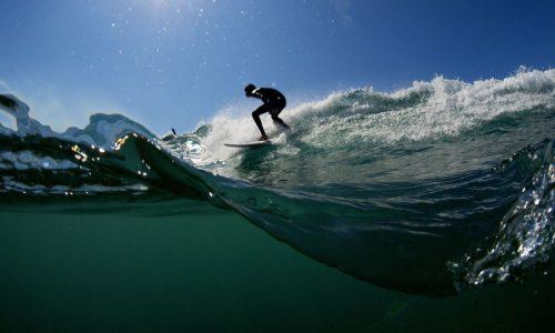 Surfista sobrevive após 2 golpes imediatos de ondas gigantescas
