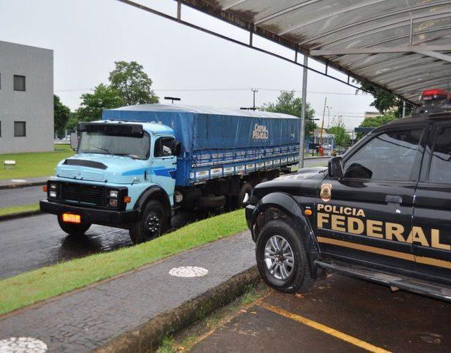 PF apreende caminhão com cigarros contrabandeados do Paraguai