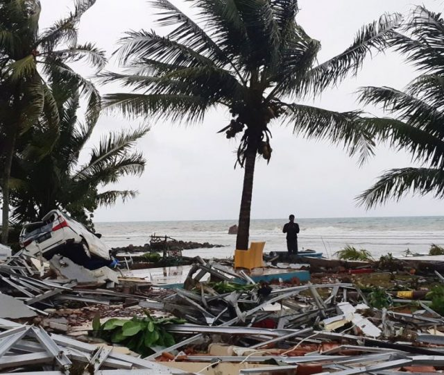 Após tsunami, Indonésia tem hospitais e necrotérios lotados