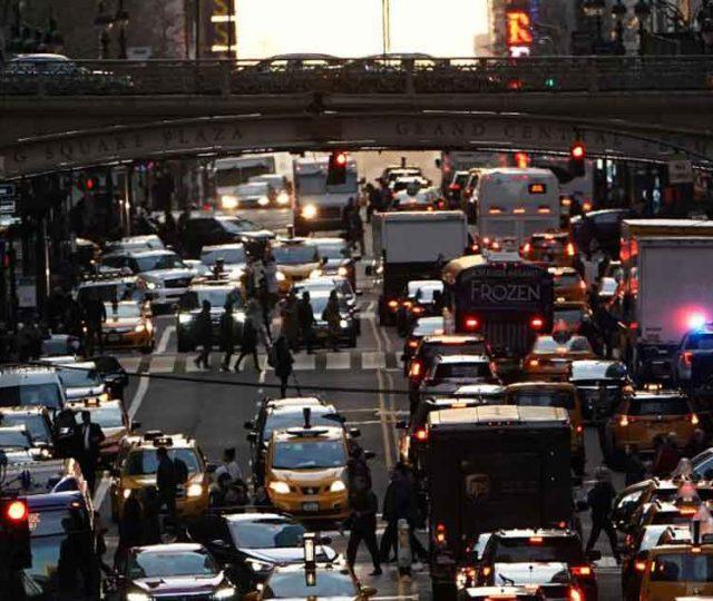 Nova York aprova cobrança de pedágio urbano para carros e caminhões em Manhattan