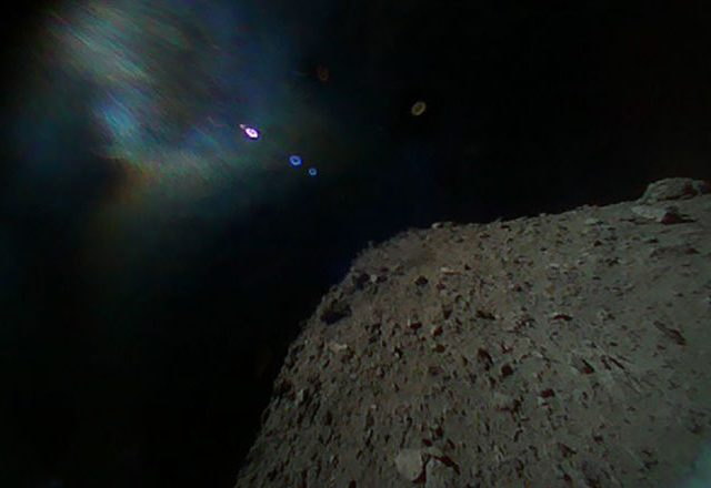 Cápsula japonesa retorna à Terra com fragmentos de asteroide após seis anos de missão