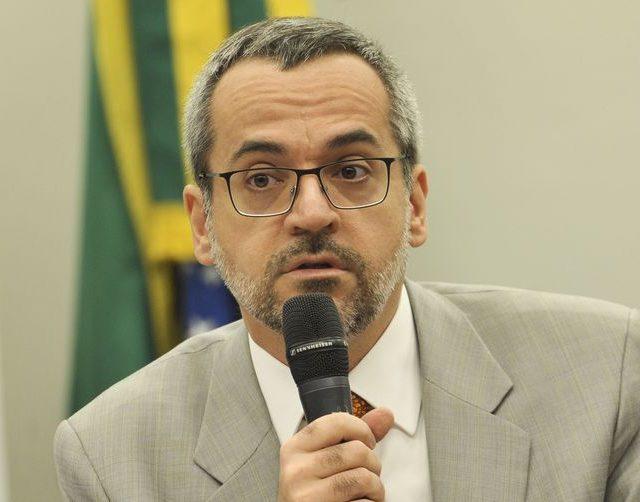 Ministro da Educação confirma Enem 2020 e critica isolamento social