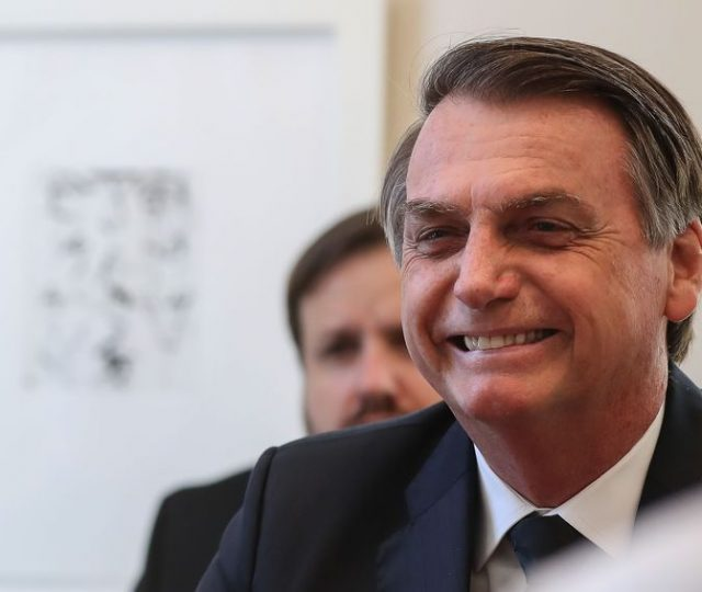 Bolsonaro quer 'Dia D' contra Covid-19 com 'kit cloroquina' no SUS