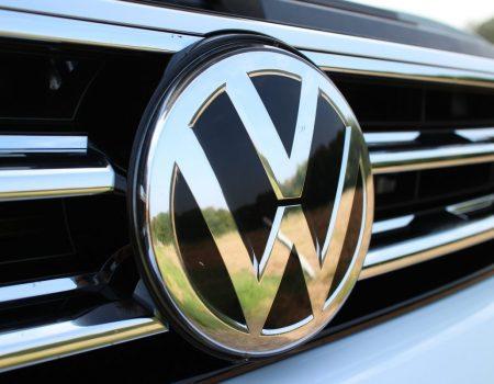 Volkswagen fecha fábricas na Europa após coronavírus derrubar vendas