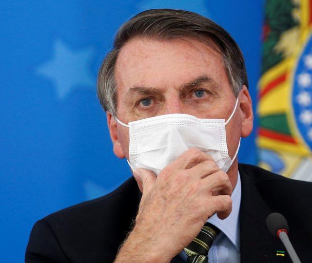 Bolsonaro veta a obrigatoriedade de máscara em estabelecimentos comerciais, igrejas, escolas e locais fechados