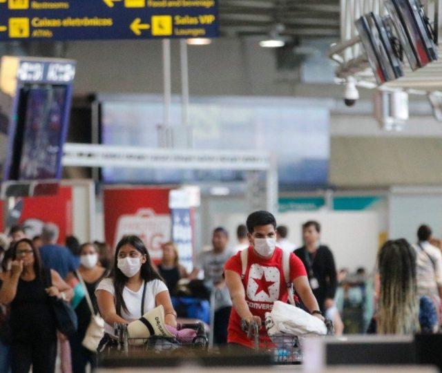 Casos de Covid-19 sobem e estados apertam restrições; ministro da Saúde já admite terceira onda