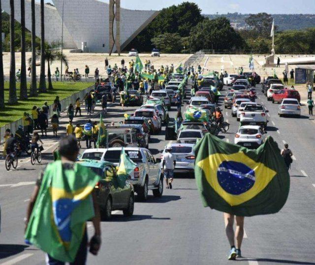 Microbiologista diz que Brasil está seis meses atrasado em relação ao resto do mundo