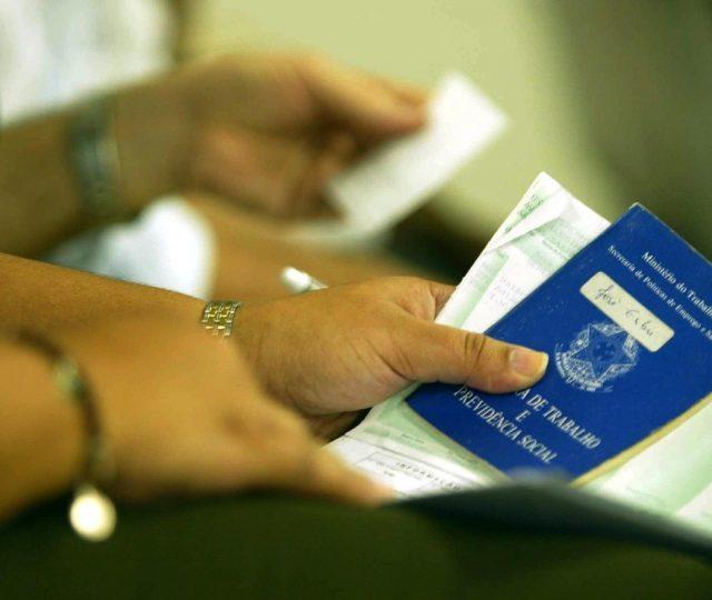 Brasil cria 401 mil vagas com carteira assinada em fevereiro