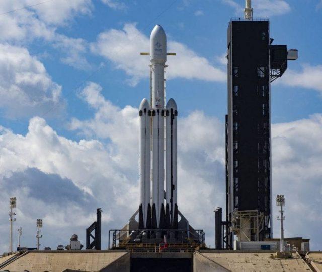 Nasa e SpaceX adiam lançamento de foguete que levaria astronautas ao espaço