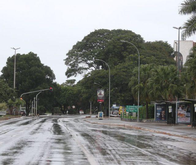 """Condições climáticas e """"bandeira vermelha"""" levam RS a melhorar índices de isolamento social"""