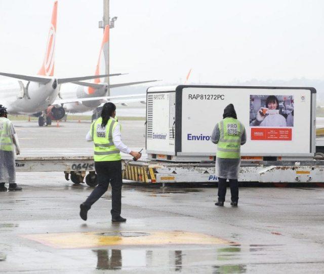Avião com insumos para produzir a Coronavac deve chegar nesta quarta em São Paulo