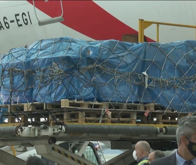 Avião com a vacina de Oxford importadas da Índia chega em SP