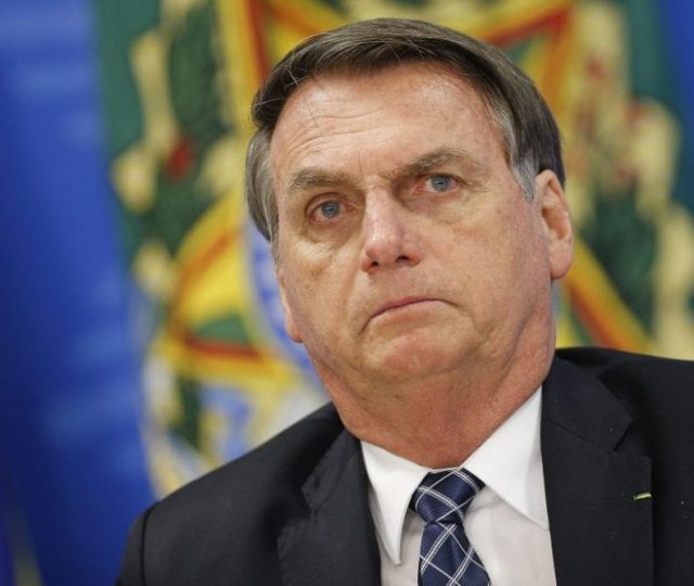 Bolsonaro diz que governo continua estimulando empresários a comprar vacinas