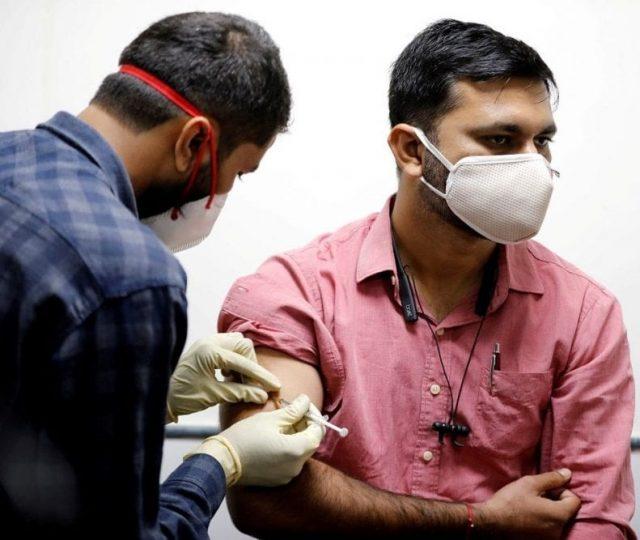 São Paulo inicia vacinação de profissionais de educação em todo o estado