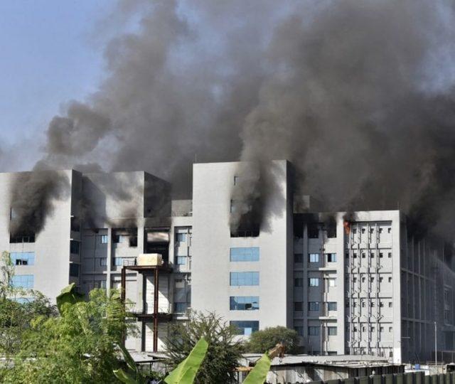 Incêndio em fábrica de vacinas contra Covid-19 deixa cinco mortos na Índia