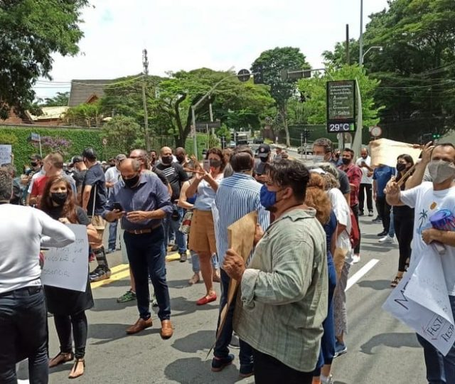 Donos de bares e restaurantes protestam contra fechamento do comércio