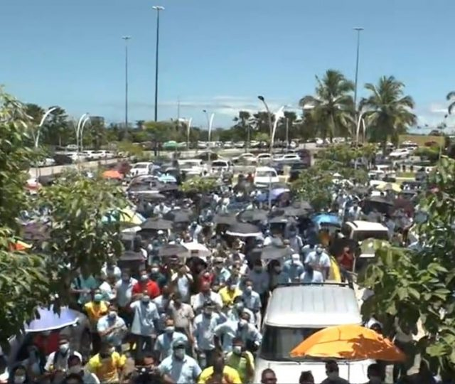 Funcionários da Ford protestam em frente a Assembleia Legislativa em Salvador