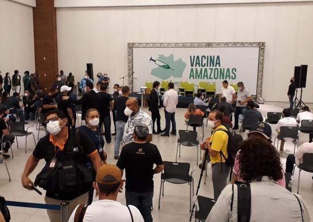 Após denúncias de pessoas furando fila, Manaus suspende vacinação por 24 horas