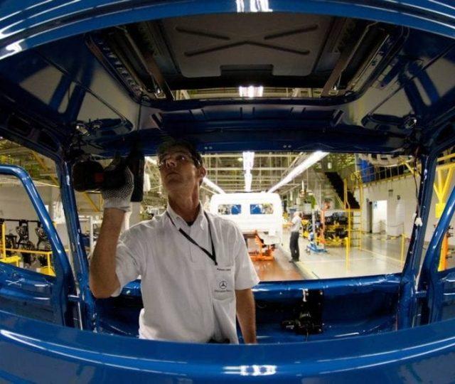 Mercedes-Benz suspende produção no Brasil por conta do agravamento da pandemia