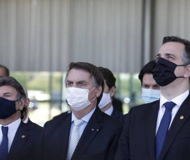 Um ano após início da pandemia e 300 mil mortes, Bolsonaro anuncia criação de comitê 'anti-covid'