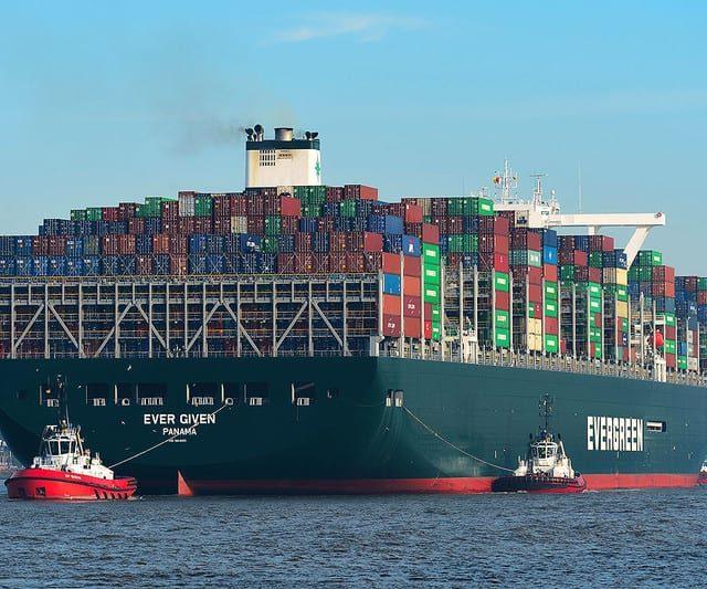 Navio que bloqueia Canal de Suez começa a ser desencalhado