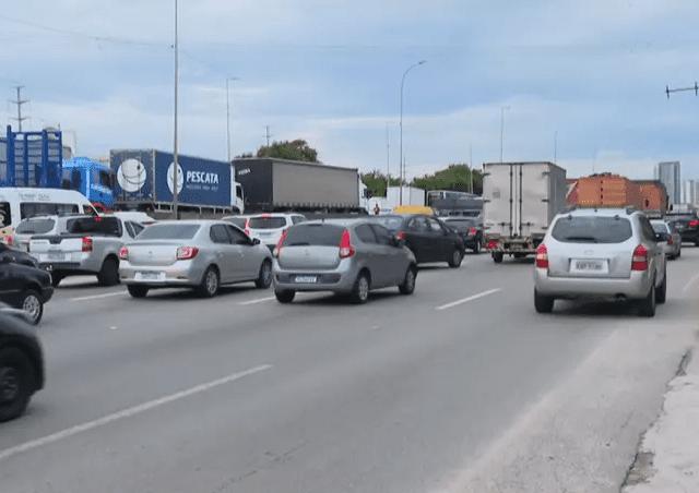 Caminhoneiros bloqueiam rodovia em SP contra novas restrições no estado
