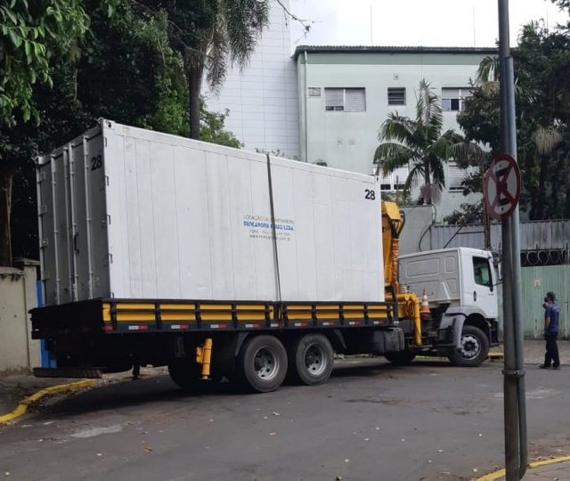 Hospital de Porto Alegre instala contêiner para colocar corpos de vítimas da Covid