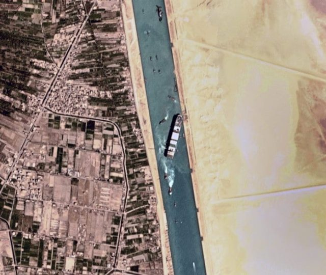 Navio gigante que bloqueou o Canal de Suez é rebocado
