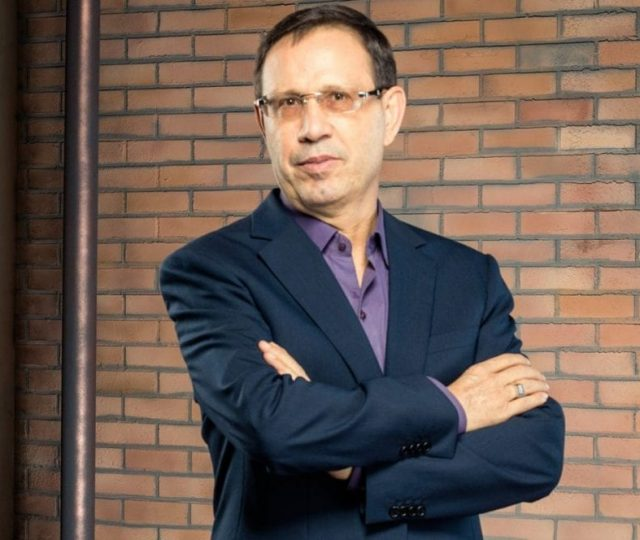 Grupo de empresários, liderado por Carlos Wizard, teria tentado mudar a bula da cloroquina