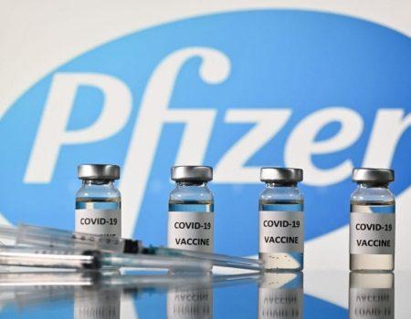 Primeira dose da vacina da Pfizer reduz pela metade risco de infecção pela Covid-19, diz estudo