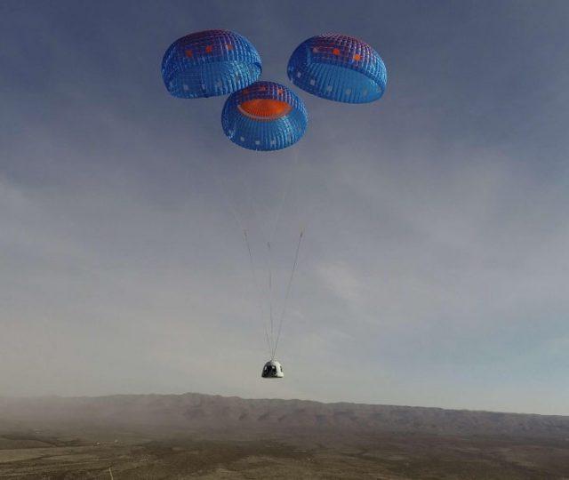 Bilionário Jeff Bezos conclui viagem ao espaço com sucesso