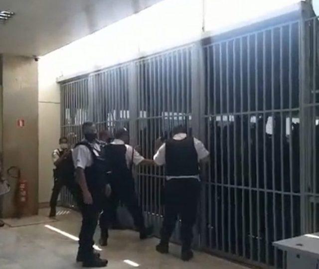 Bolsonaristas tentam invadir Ministério da Saúde