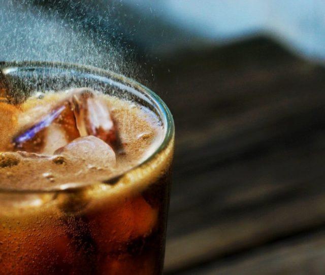 Estudo liga consumo de bebidas açucaradas ao risco de câncer colorretal